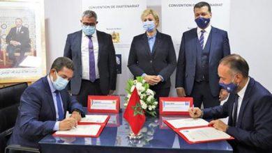 صورة توقيع اتفاقية بين وزارة التربية الوطنية والبورصة لتشجيع التربية المالية وسط الطلبة